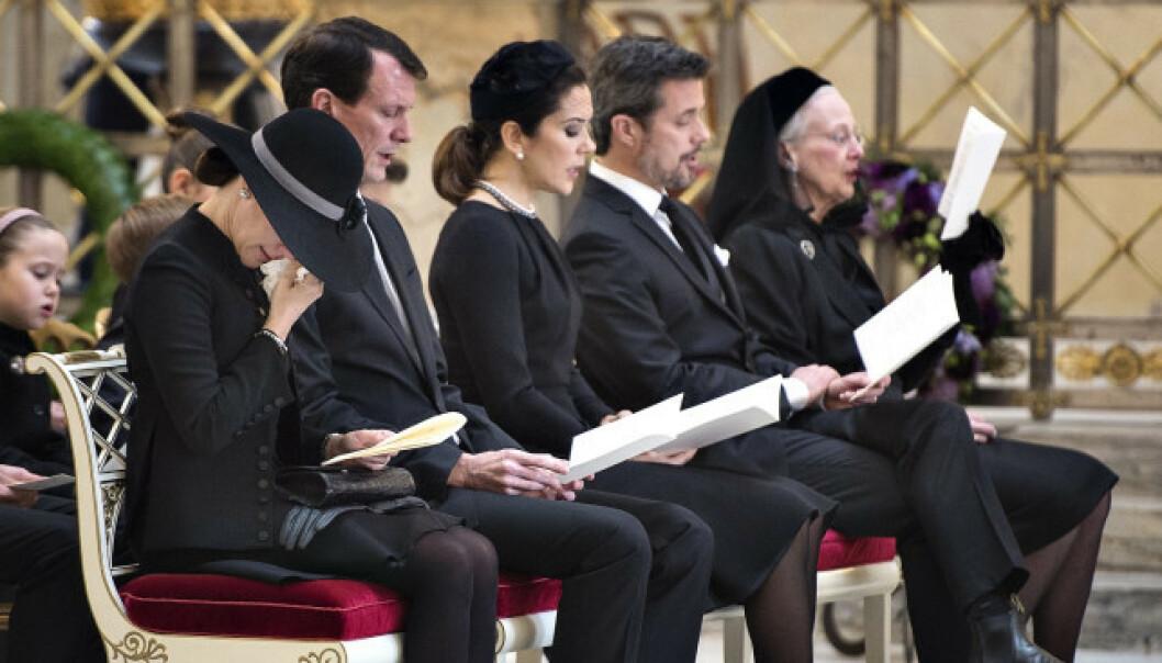 TOK FARVEL: Det var en tydelig beveget familie som tok farvel med prins Henrik under bisettelsen i slutten av februar i fjor. Foto: NTB Scanpix