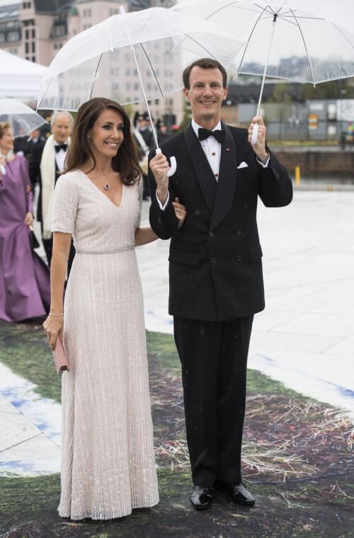 MANN OG KONE: Prins Joachim har vært gift med prinsesse Marie siden 2008. Her er ekteparet avbildet under det norske kongeparets 80-årsfeiring i 2017. Foto: NTB Scanpix