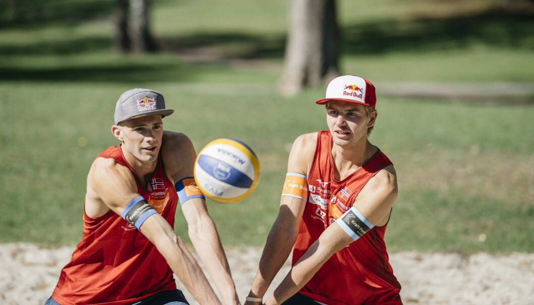 FINALEKLAR: Sandvolleyballspillerne Anders Mol (t.v.) og Christian Sørum er klare for finale i Ostrava. Foto: Norges Volleyballforbund / NTB scanpix