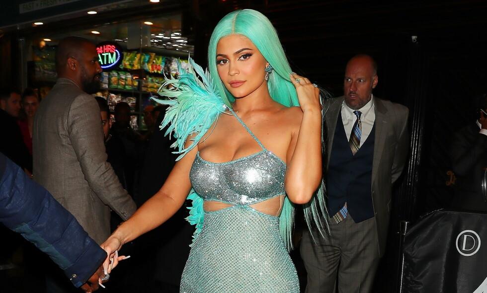 FANSEN RASER: Etter at realitystjernen Kylie Jenner delte en video av seg selv mens hun påførte den nye ansiktsrensen i hudpleieserien sin, har det haglet inn med kritikk fra fansen. Foto: NTB scanpix