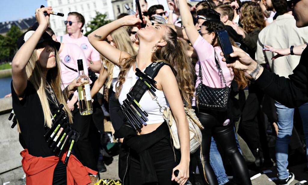 FULL FEST - OG URINTRØBBEL: Den danske musikk- og gatefestivalen Distortion sliter med at festivaldeltakere tisser i gatene. Nå gjøres det grep. Her er en jentegjeng i festhumør under årets festival. Foto: Philip Davali/Ritzau Scanpix
