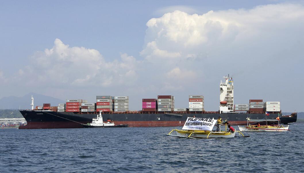 Greenpeace og andre aktivister følger skipet som frakter søppel tilbake til Filippinene. Foto: AP / NTB scanpix