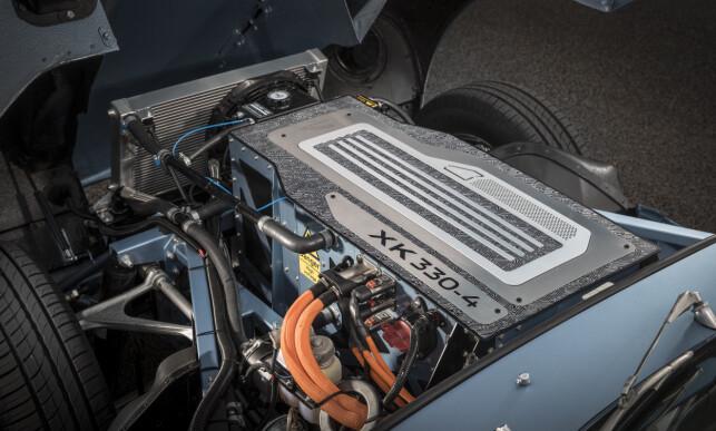 LETTSTELT: Det er ikke direkte vakkert, det man ser under det lange panseret, men klumpen er sterkere enn V12-motoren var. Ladeledning finner vi under all bagasjen. Foto: Charlie Magee