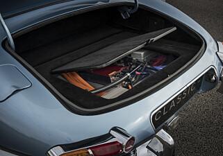 ELEGANT: Type 1-kontakten er skjult under det originale tanklokket, og har en ombordlader på 7 kW. Det gir fem timers ladetid. Bilen har et batteri på 40 kWt, noe som gir 320 km under optimale forhold og 200 km under vanlig bruk. Foto: Charlie Magee