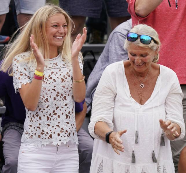STØTTEAPPARAT: Her jubler kjæresten, Maria Galligani, og Caspers farmor, Anne Brit Ruud, etter Casper Ruuds seier mot Matteo Berrettini under Roland-Garros turneringen i Paris 29.mai. Foto: NTB Scanpix