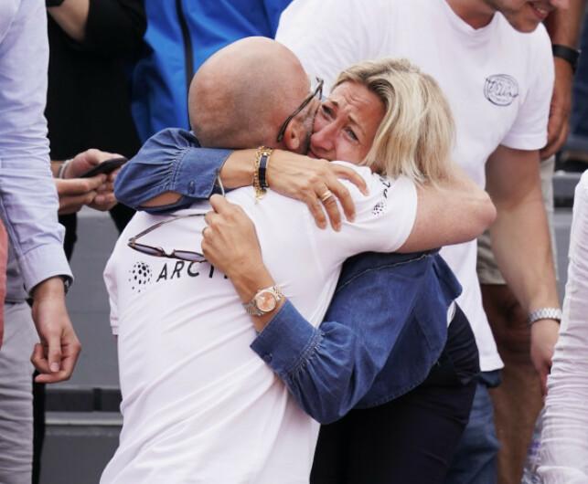 LYKKERUS: Det var en gråtkvalt Lele Ruud på tribunen etter sønnens seier på onsdag. Her får hun en god klem av Casper Ruuds mentale trener Erik Bertrand Larssen. Foto: NTB scanpix