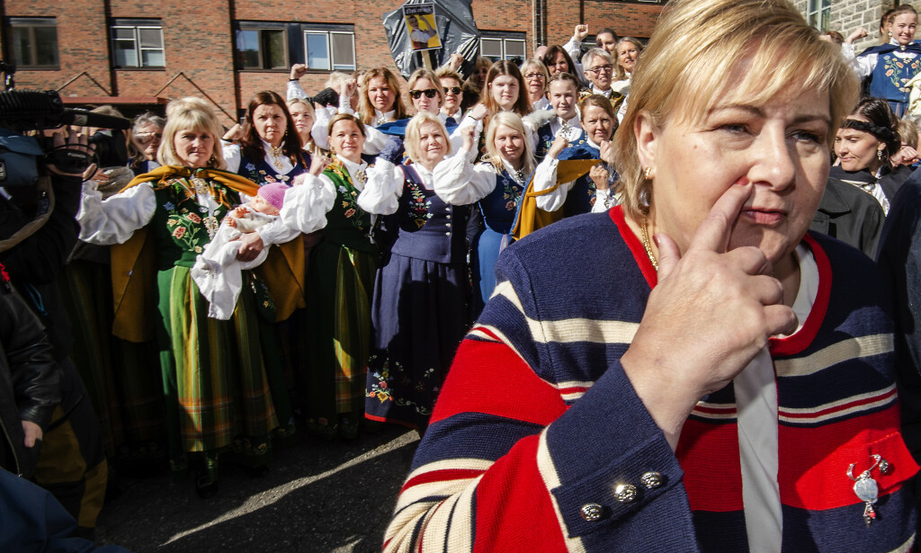 KAMP FOR SYKEHUS: I Sandessjøen møtte Erna Solberg bunadskledde forkjempere for sykehuset i byen. Foto: Hans Arne Vedlog/Dagbladet bildetekst