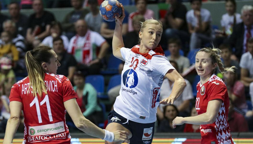 MÅL: Stine Bredal Oftedal stiger til værs og scorer for Norge. Foto: NTB scanpix