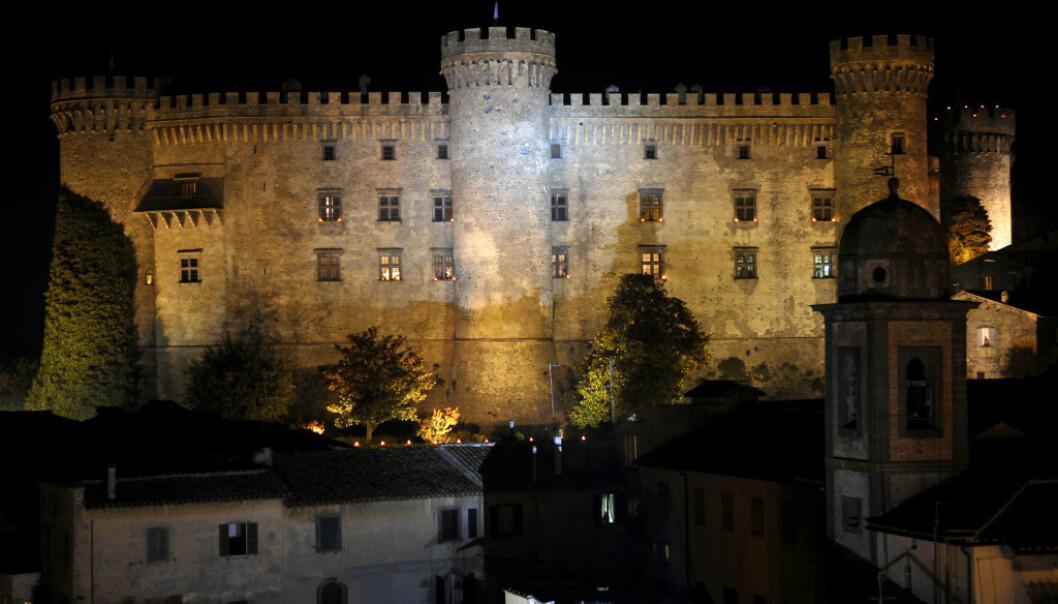 <strong>SPEKTAKULÆRT:</strong> Det var svært kjendistungt da det berømte skuepillerparet giftet seg i dette spektaklære slottet i Bracciano. Foto: NTB Scanpix