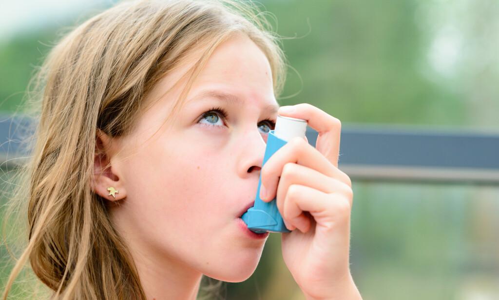 INHALATOR: Bildet viser et barn som bruker en inhalator for å ta korttidsvirkende astmamedisin. Foto: NTB Scanpix / Shutterstock