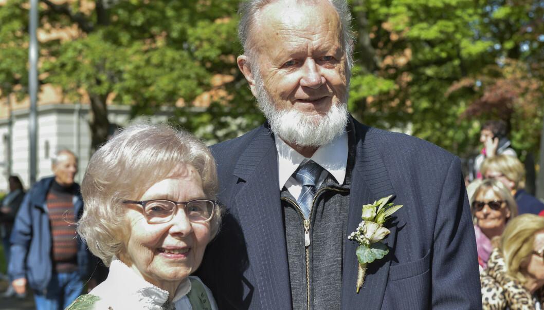 FORELDRE: Trond Giskes foreldre, Norunn og Bjørn, er ankommet kirka. Foto: NTB Scanpix