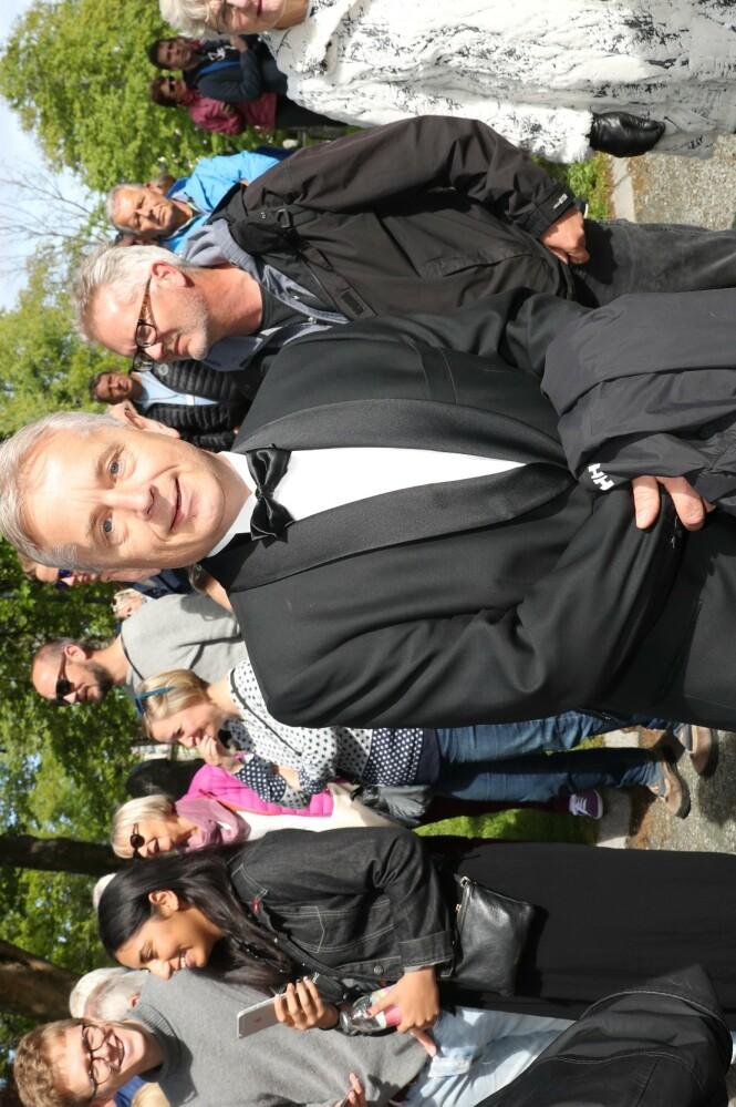 GJEST: Tidligere politiker Knut Storberget ankom kirka. Foto: Andreas Fadum