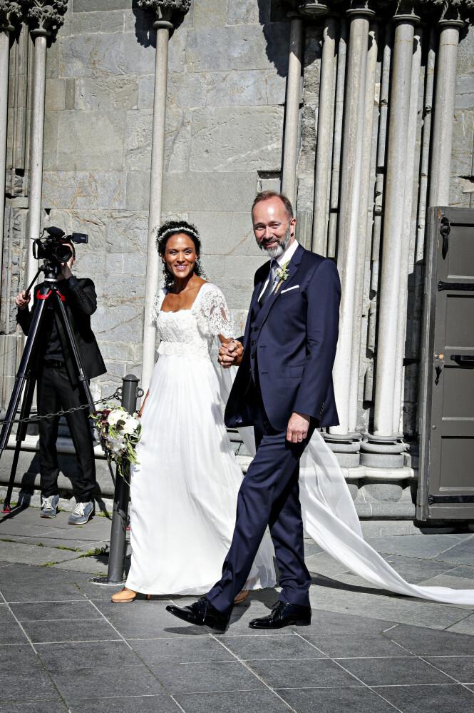 STRÅLER: Brudeparet strålte om kapp med sola etter vielsen. Foto: Andreas Fadum