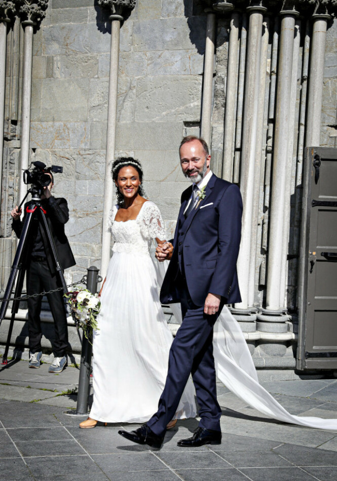 <strong>STRÅLER:</strong> Brudeparet strålte om kapp med sola etter vielsen. Foto: Andreas Fadum