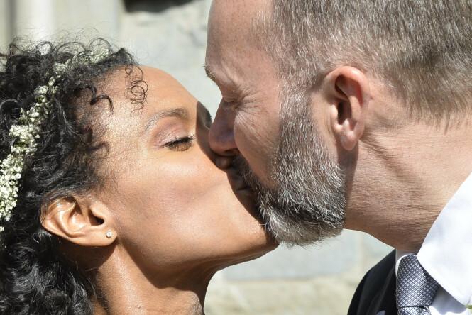NYGIFT: Haddy og Trond delte flere kyss foran pressen utenfor kirka. Foto: NTB Scanpix