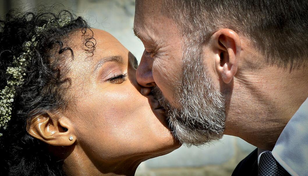 <strong>NYGIFT:</strong> Haddy og Trond delte flere kyss foran pressen utenfor kirken. Foto: NTB Scanpix