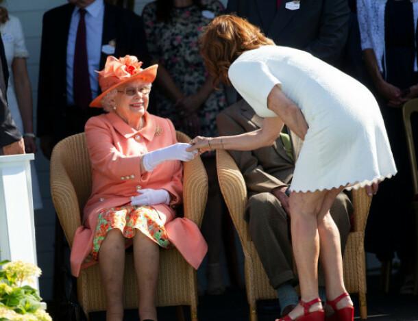HILSTE: Skuespillerstjernen Susan Sarando gikk bort og hilste på dronningen. Dette er ikke lov ifølge gammel britisk kongelig protokoll. Foto: NTB Scanpix