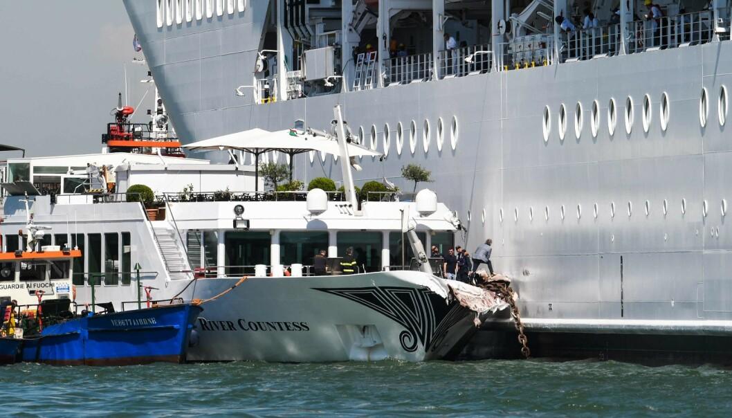 To lettere skadd da cruiseskip traff turistbåt i Venezia
