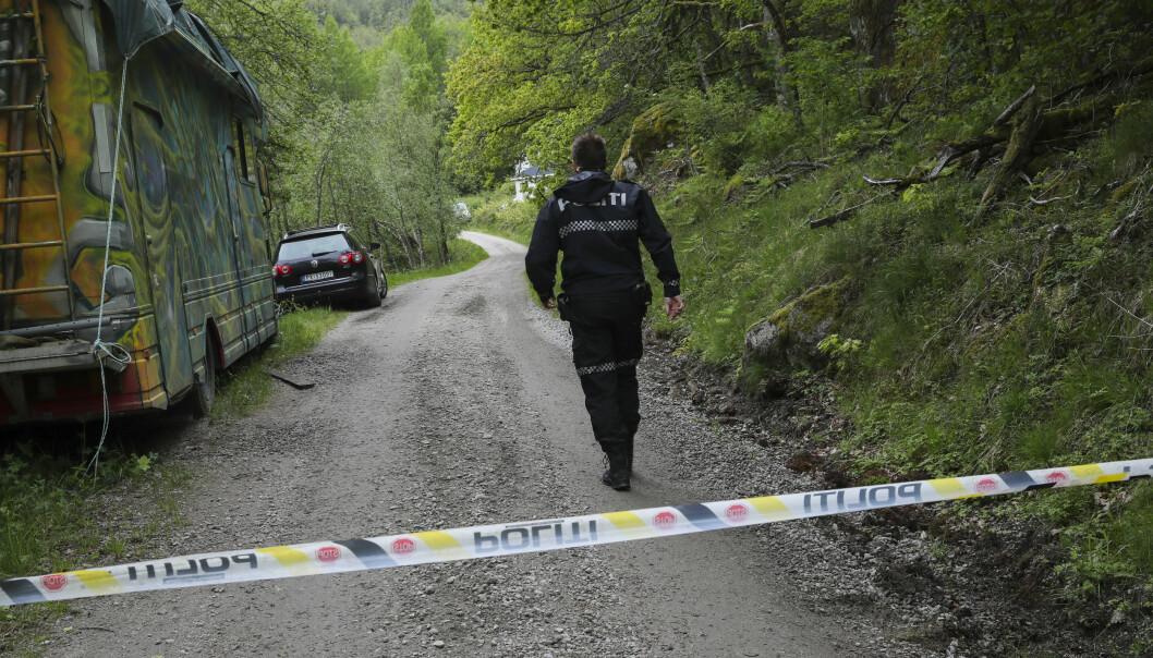 Politi søker på en skogsbilvei ved Snartemo i Vest-Agder søndag. En person er erklært død og en annen er fraktet til sykehus etter en ulykke søndag morgen. Foto: Vidar Ruud / NTB scanpix