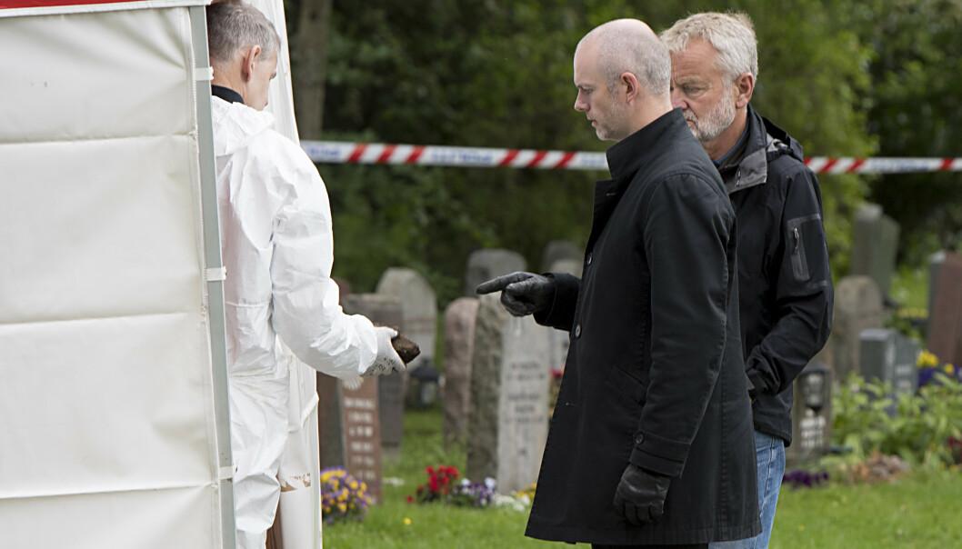 Etterforskningsleder Kenneth Berg og Kjell Mo (bak) der politiet gjør nye søk etter Trine Frantzen på Øvsttun gravplass. Politiet har blitt kontaktet av nye vitner som har gitt konkrete observasjoner fra det aktuelle tidsrommet i 2004. Foto: Marit Hommedal / NTB scanpix