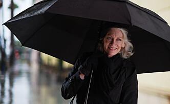 HA MED PARAPLY? Paraply, en veske eller noe lignende kan hjelpe deg til å holde en uønsket person unna. Foto: Rocketclips, Inc. Shutterstock/NTB scanpix.