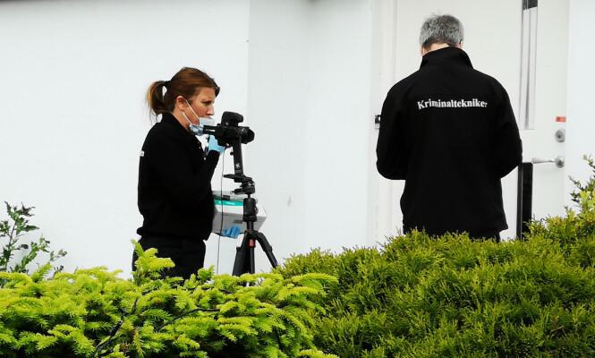 <strong>ETTERFORSKES:</strong> Politiets kriminalteknikere var mandag på plass ved boligen på Vatne i Sandnes for å sikre bevis i saken. Foto: Ronny Hjertås