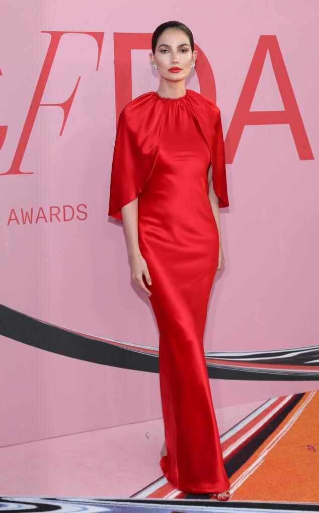 VAKKER: Lily Aldridge i en rød silkekjole fra Brandon Maxwell. Foto: NTB Scanpix