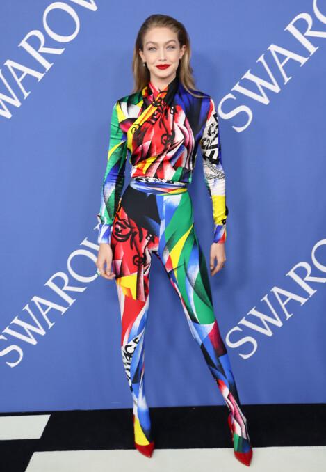 I FJOR: På CFDA Fashion Awards i 2018 gikk Gigi Hadid for dette fargerike Versace-antrekket. Foto: NTB scanpix
