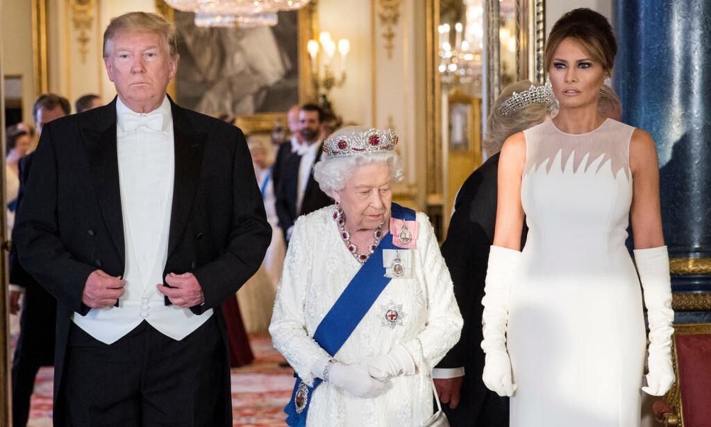PÅ BANKETT: Donald og Melania Trump var mandag kveld på Buckingham Palace, der dronning Elizabeth arrangerte en bankett i anledning statsbesøket. Presidenten hadde i tillegg med seg store deler av familien sin, inkludert fire barn, på festen. Foto: NTB scanpix