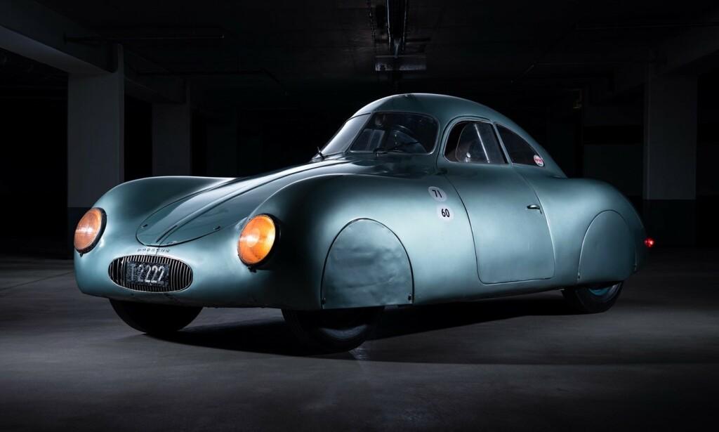 STILIG: Ingen tvil om at Porsche tenkte på aerodynamikk allerede i 1939. Dette er forløperen til Porsche 356. Bilen var ventet å gå til en samler på auksjon forrige helg, men så ble det bare rot ... Foto: RM Sotheby
