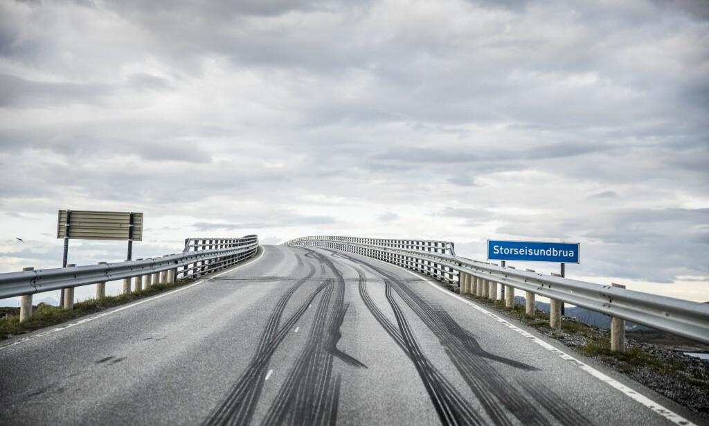 DEKKMERKER: De første merkene starter på fastlandet. Her er vestsiden av Storseisundbrua. Foto: Christian Roth Christiansen / Dagbladet