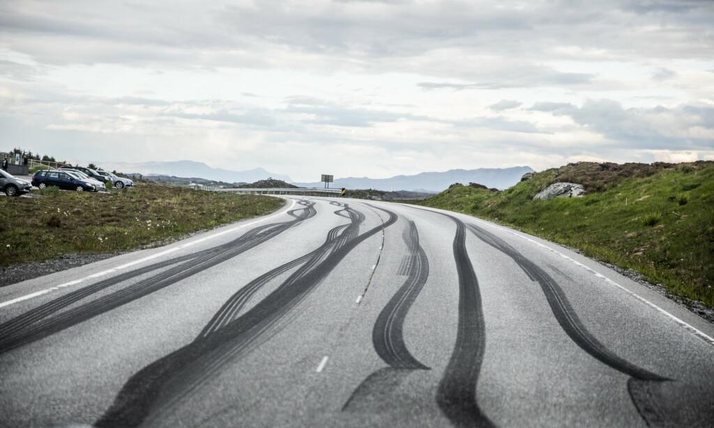 SVIDD GUMMI: Rett øst for Storseisundbrua. Merkene fortsetter helt til Geitøya. Foto: Christian Roth Cristensen / Dagbladet