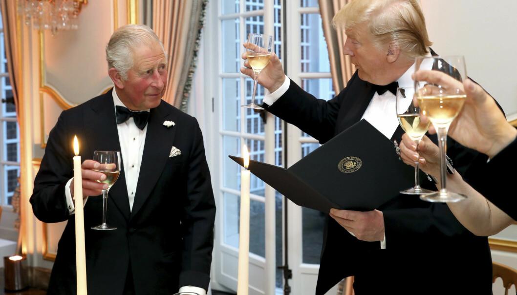 <strong>SKÅLER:</strong> Donald Trump og prins Charles skåler under en middag i forbindelse med statsbesøket til Storbritannia denne uka. Foto: AP / NTB Scanpix