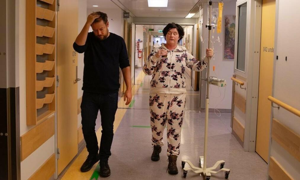 FORANDRING: Christine Koht er nærmest ugjenkjennelig etter flere behandlinger med kortison. Nå viser hun fram sitt «nye» ansikt i et åpenhjertig intervju med Aftenposten - og setter et ærlig bilde på hva kroppen går gjennom når man blir alvorlig syk. Her med podkast-makkeren Joachim Førsund. Foto: Privat