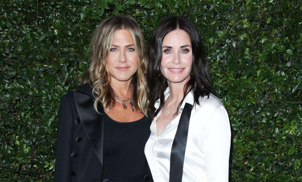 GODE VENNER: Friends-stjernene Courteney Cox og Jennifer Aniston opplevde det store flyemarerittet under en venninnetur i fjor høst. Her er de sammen i Los Angeles i juni 2018. Foto: NTB Scanpix