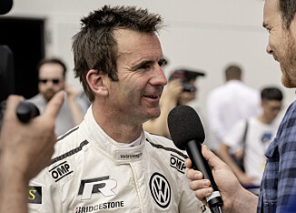 STOLT: En stolt fører, Romain Dumas, etter løpet. Foto: VW