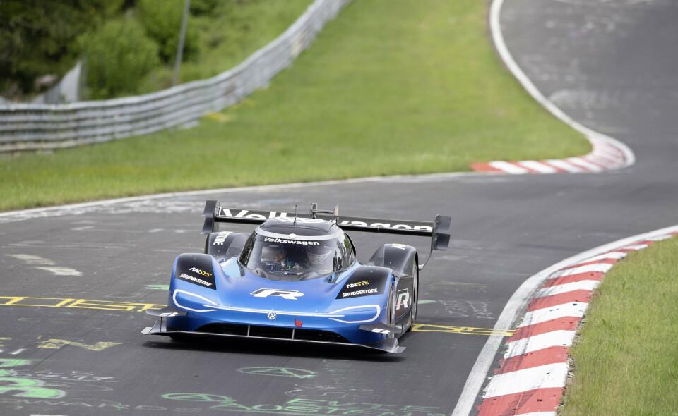 USLÅELIG TID: VW ID:R satte fartsrekord på den berømte Nürburgring. Er nest raskeste bil noensinne til å ha fullført løypa. Foto: VW