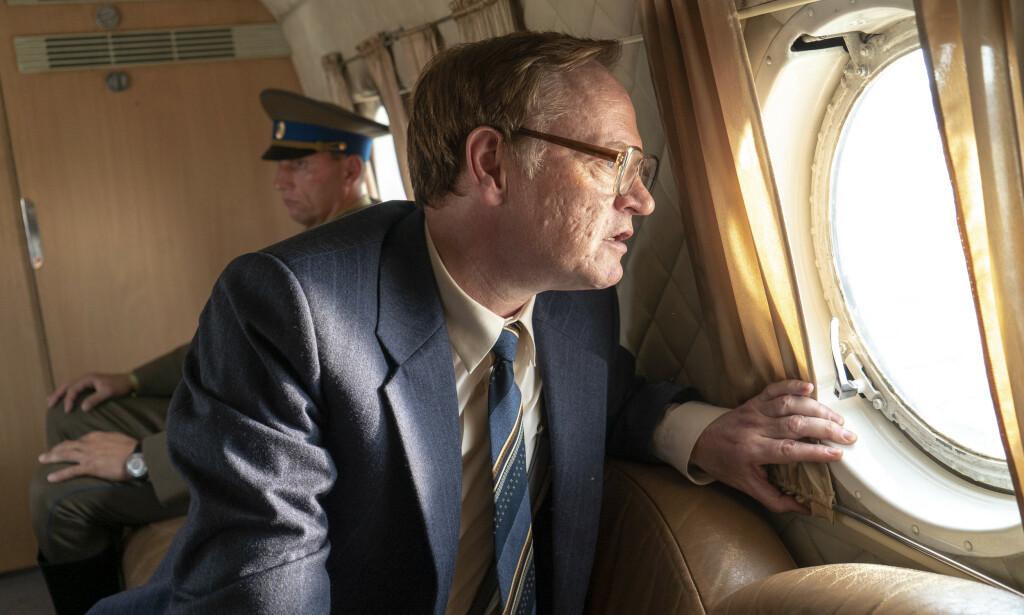 LEGASOV: I en scene i miniserien truer Bors Scherbina med å kaste Valerij Legasov ut av helikopteret. Det mener den russiske journalisten Leonid Bershidsky at aldri kunne skjedd i virkeligheten. Foto: HBO Nordic