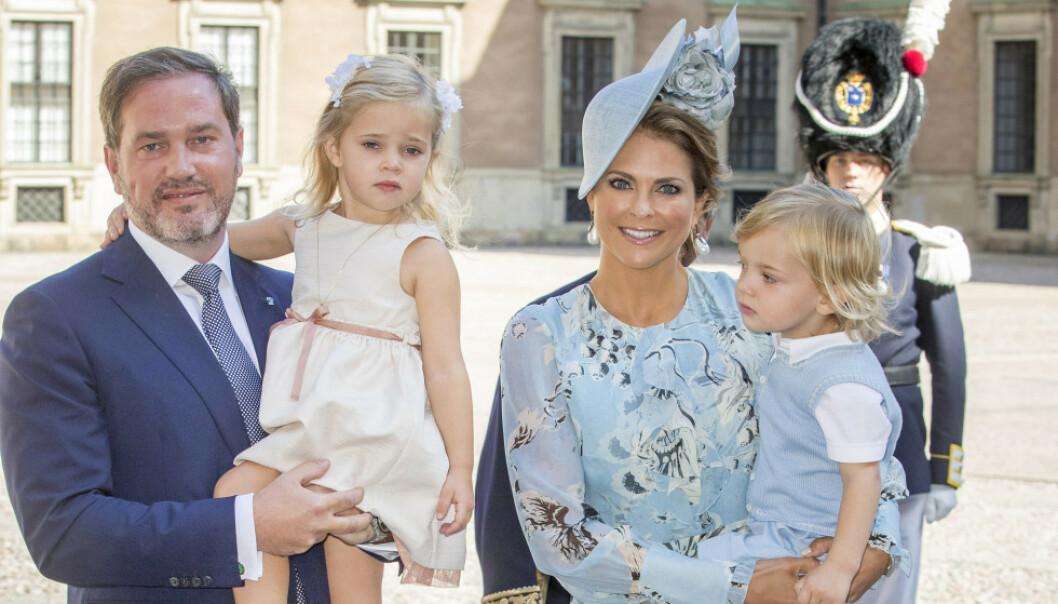 NASJONALDAG: I dag feirer svenskene nasjonaldagen, men sentrale medlemmer av kongefamilien uteblir grunnet sykdom. Her er prinsesse Madeleine med ektemannen Chris O'Neill og de to barna deres Leonore og Nicolas i 2017. Foto: NTB Scanpix