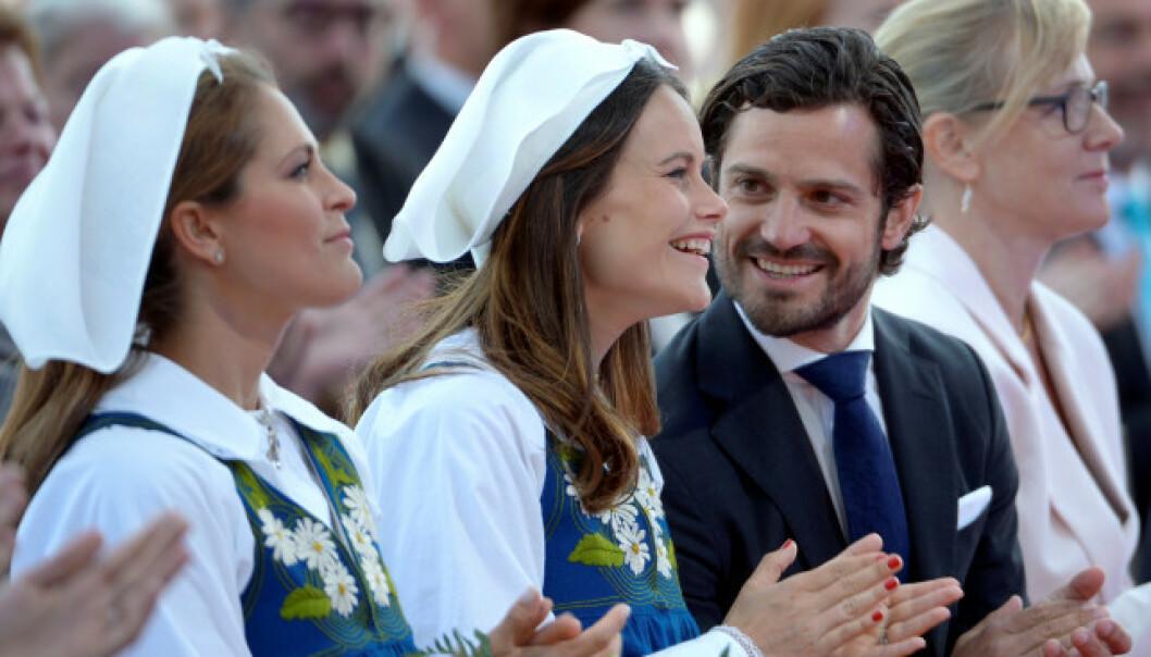 NASJONALDAG: Den svenske kongefamilien er hvert år til stede under et show på Skansen i Stockholm på nasjonaldagen. Her er prinsesse Madeleine, prinsesse Sofia og prins Carl Philip i 2016. Foto: NTB Scanpix