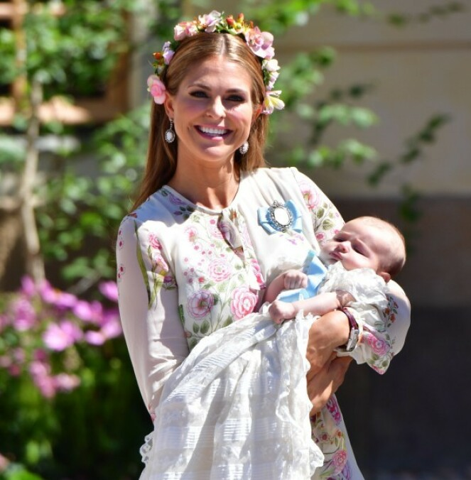 PÅ PLASS: Prinsesse Madeleine og den ett år gamle datteren Adrienne er i Stockholm for å feire nasjonaldagen. Her avbildet i fjor sommer. Foto: NTB Scanpix