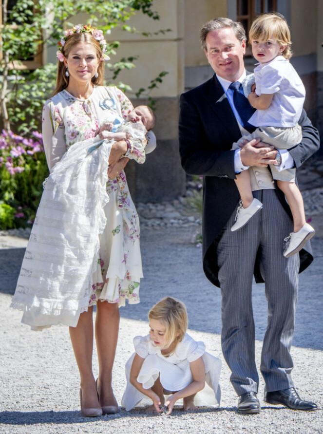 SPLITTET: Chris O'Neill og de to barna Leonore og Nicolas måtte bli hjemme i USA i år. Prinsesse Madeleine og Adrienne (t.v) kom seg imidlertid til Stockholm i tide. her fra sistnevntes dåp i juni 2018 Foto: NTB Scanpix