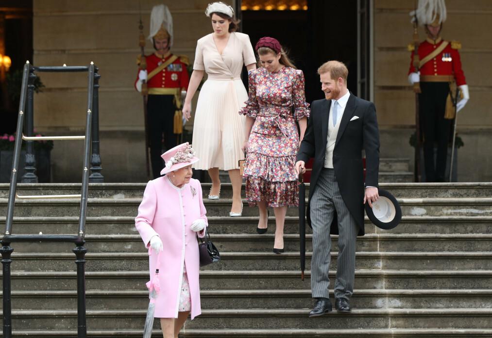 UVANLIG: Dronning Elizabeths uvanlige gest under hagefesten på Buckingham Palace skapte overskrifter. Barnebarna prinsesse Eugenie, prinsesse Beatrice og prins Harry var også til stede. Foto: NTB scanpix