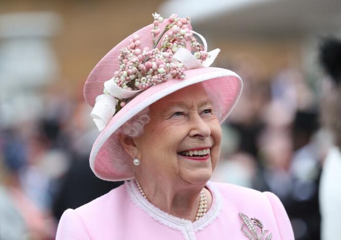 STRÅLTE: Dronning Elizabeth så ut til å være i glitrende humør da hun kastet glans over hagefesten på Buckingham Palace forrige uke. Foto: Reuters/ NTB scanpix