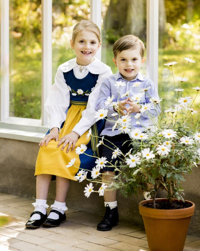 SØSKEN: Barna smiler til fotografen. Foto: Linda Broström / Det svenske kongehuset