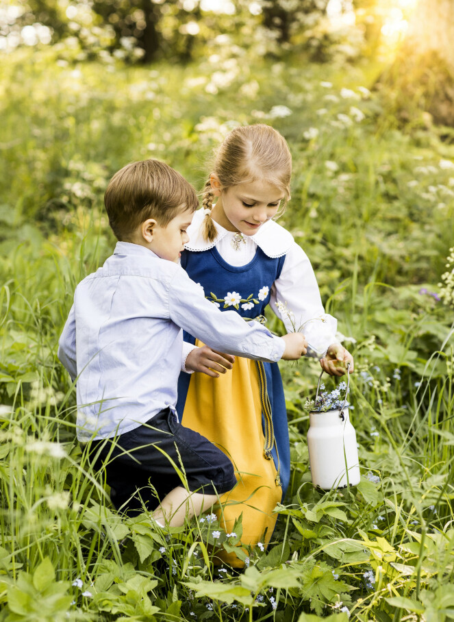 PLUKKER BLOMSTER: Søskenparet plukket velvillig blomster mens fotografen tok bilder. Foto: Linda Broström / Det svenske kongehuset