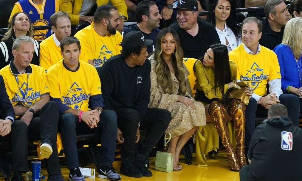 IRRITERENDE: Nylig satt Beyoncé og Jay Z på første rad under en basketkamp i California. Kvinnen ved siden av var imidlertid litt vel innpåsliten for Beyoncés smak. Foto: NTB Scanpix