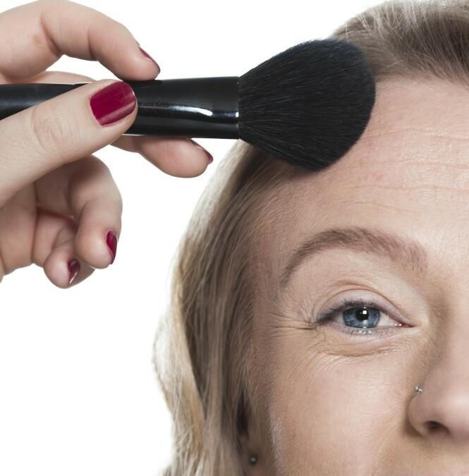 2. Skap konturer i ansiktet ved å bruke et mørkere pudder under kinnbeina, langs hårfestet i pannen og under haken. Gjør ansiktet varmere med rouge i kinnene.