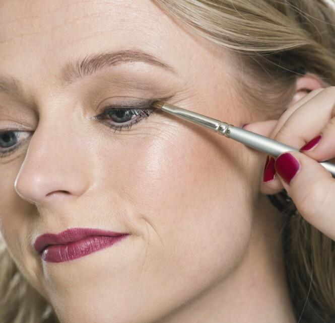3. Øyeskygge gir et mykere uttrykk enn en klassisk eyeliner. For å gjøre makeupen mer rocka er en vinge som gir et løft til øynene, perfekt.