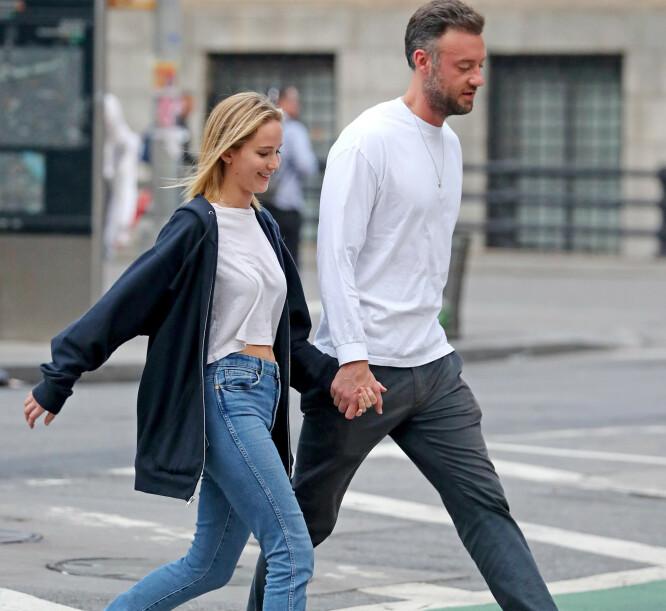 <strong>PLANLEGGER BRYLLUP:</strong> Her går turtelduene hånd i hånd i New Yorks gater. Foto: NTB Scanpix